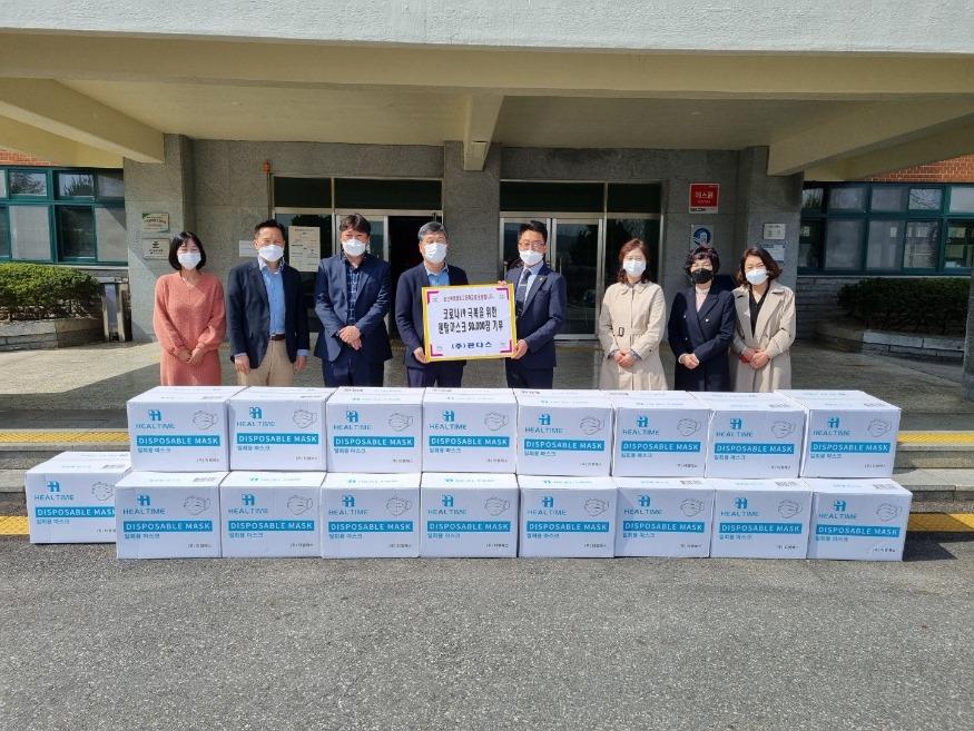 [보도사진1] ㈜판다스 정호 대표, 논산여자상업고등학교에 마스크 5만 장 기부.jpg